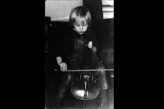 Das Kind Boris mit mit Cello